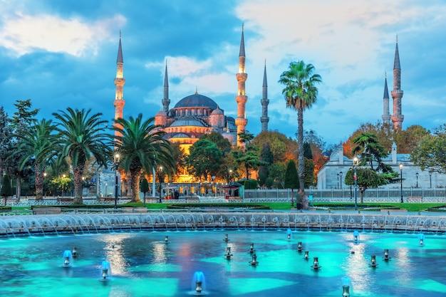 Die sultan-ahmet-moschee und der brunnen im blauen schatten des sonnenaufgangs, istanbul.