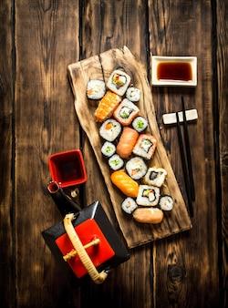 Die sushi-rollen und kräutertee.