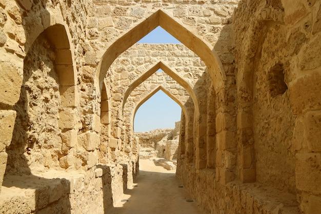Die symbolischen torbögen von bahrain fort oder qal'at al-bahrain in manama, bahrain