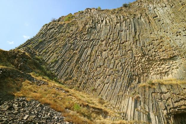 Die symphonie der steine, atemberaubende basaltsäulenformationen entlang der garni-schlucht von armenien