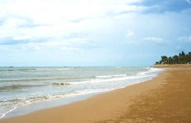 Die szenische ansicht des sommerstrandparadieses bei thailand.