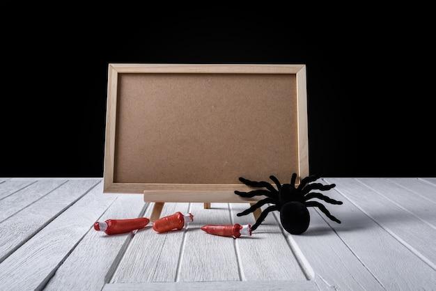 Die tafel auf dem stand mit halloween black spinne und finger