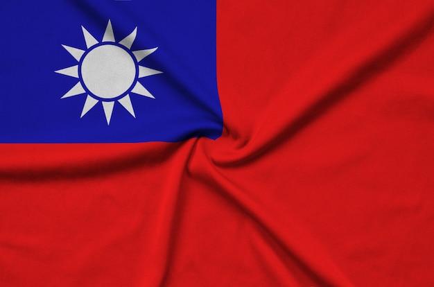 Die taiwan-flagge ist auf einem sportstoff mit vielen falten abgebildet.