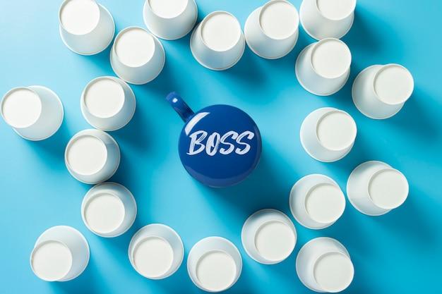 Die tasse ist von leeren pappbechern für getränke auf einer blauen fläche umgeben. banner. flache lage, draufsicht