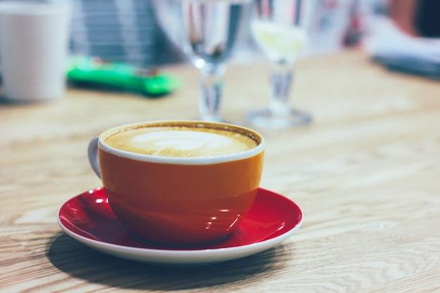 Die tasse mit kaffee am tisch.