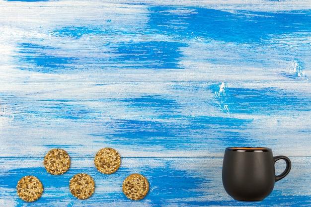 Die tasse tee auf einem blauen hintergrund