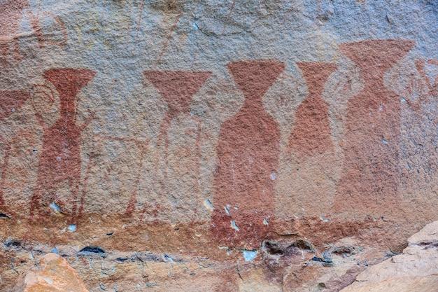 Die tausend jahre prähistorische farbmalerei im pha tam national park.