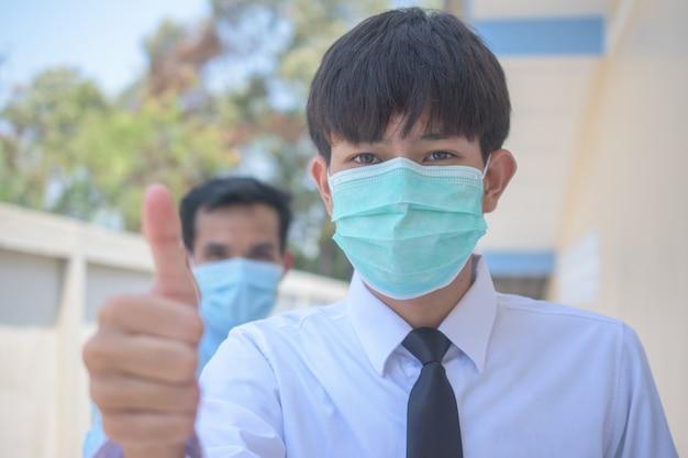 Die teamarbeit des geschäftsmanns verwendet eine chirurgische maske, die zeigt, wie erfolgreich das koronavirus 2019 ist