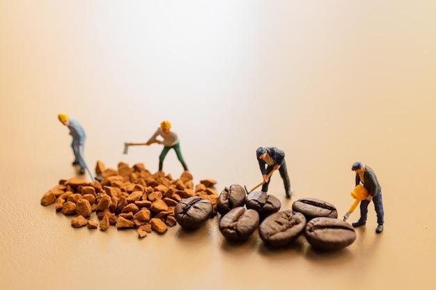Die teams arbeiten bei der kaffeemischung sehr gut zusammen