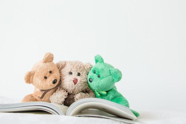 Die teddybär-bande mit buch, die er zur prüfung lesen muss