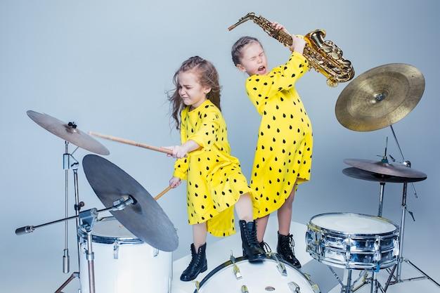 Die teenie-musikband tritt in einem aufnahmestudio auf