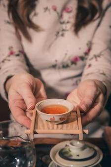 Die teezeremonie wird vom meister durchgeführt