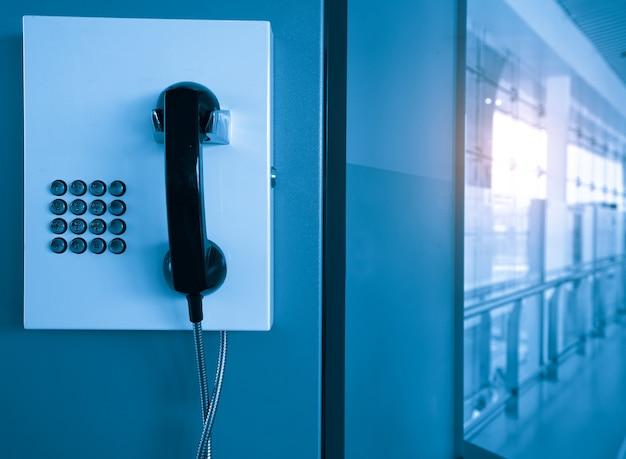 Die telefonzelle befindet sich in der wartehalle des flughafens