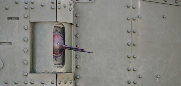 Die textur der tankwand, aus metall und verstärkter kanone