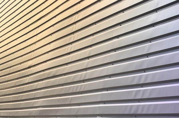 Die textur der wand besteht aus einer metallbeschichtung aus riesigen aluminiumplatten in reliefform