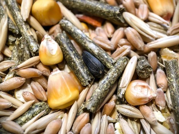 Die textur des futters für nagetiere aus hafer, graspellets, tierfutter, mais, weizen.