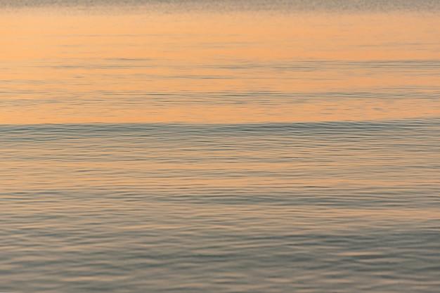 Die textur des meerwassers in der morgendämmerung. schönes wasser bei sonnenuntergang.