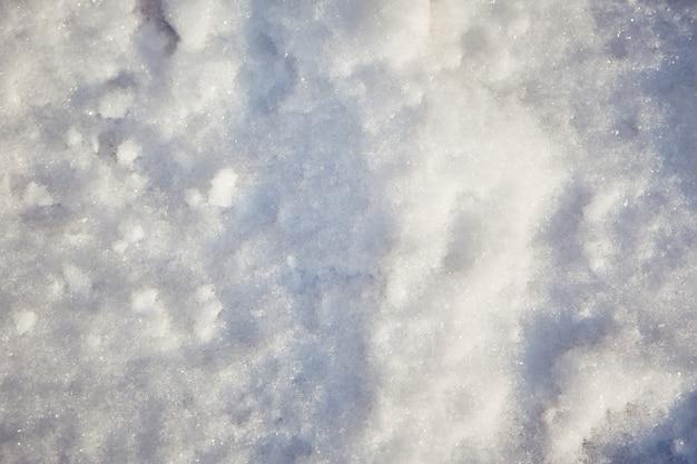 Die textur des schnees an einem wintertag bei sonnenuntergang.