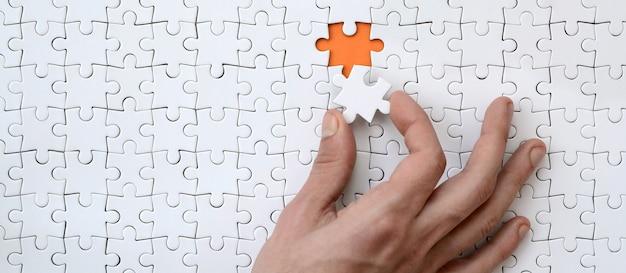 Die textur eines weißen puzzles im zusammengebauten zustand