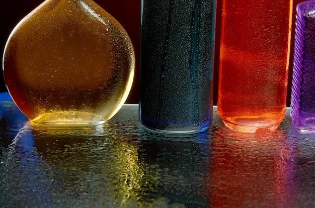 Die textur von alkoholischen getränken im glas in einem wasserstrahl