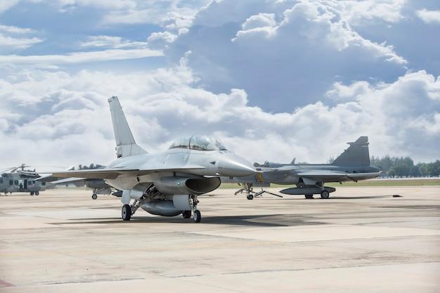 Die thailändische luftwaffe fliegt