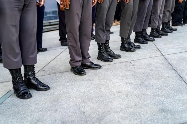Die thailändische polizei kämpft in der reihe