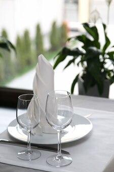 Die tischdekoration im restaurant besteck am fenster
