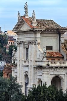 Die titelkirche santa francesca romana oder santa maria nova befindet sich neben dem forum romanum