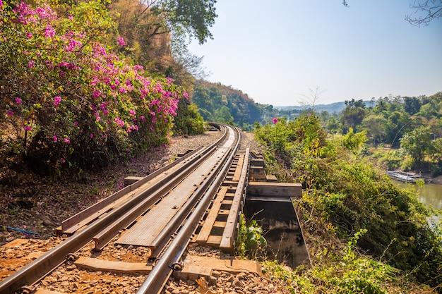 Die todesbahn überquert den kwai-fluss in kanchanaburi