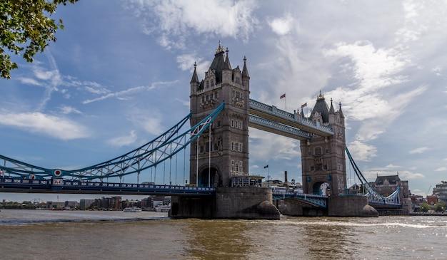 Die tower bridge ist eine dreh- und hängebrücke in london
