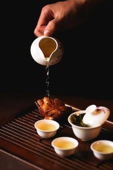 Die traditionelle chinesische teezeremonie wird vom teemeister durchgeführt.