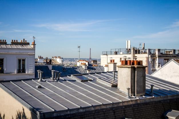 Die traditionellen dächer von paris und der eiffelturm