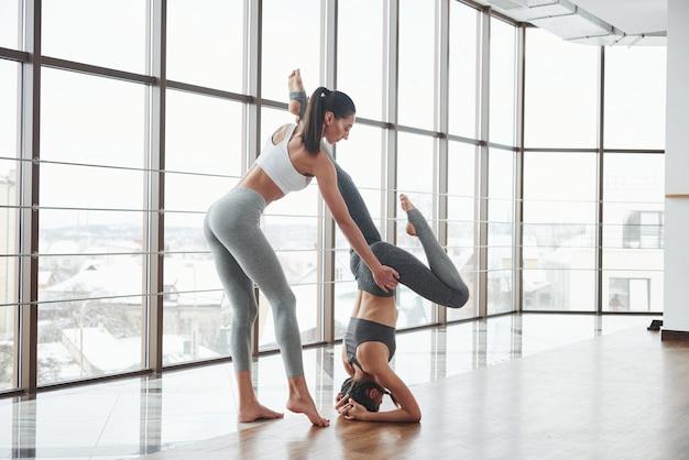 Die trainerin lernt gerade neue besucher kennen, die fitness in ihrem fitnessstudio