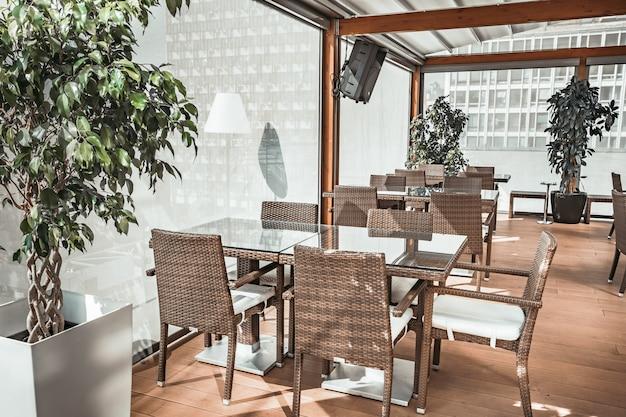 Die transparente glasterrasse des restaurants.