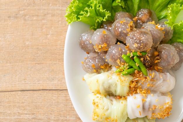 Die transparenten kugeln heißen saku sai moo oder gedämpfte tapioka-knödel-kugel mit schweinefleischfüllung