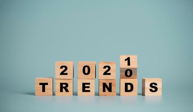 Die trends von 2020 bis 2021 ändern den wortlaut des druckbildschirms auf blauem hintergrund. der geschäfts- und modewechsel beginnt im neuen jahr.