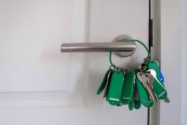 Die tür wurde mit hauptschlüsseln verschlossen. objekt- und einrichtungskonzept.