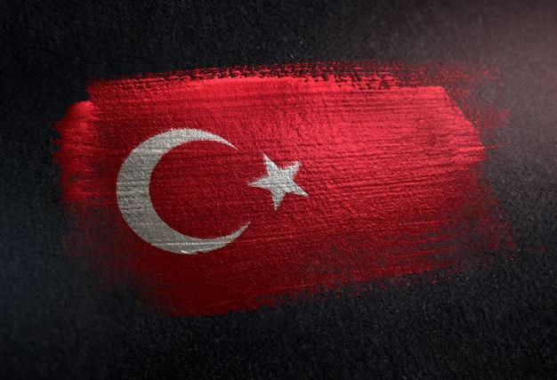 Die türkei-flagge gemacht von der metallischen bürsten-farbe auf dunkler wand des schmutzes