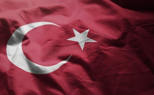 Die türkei-flagge zerknittert nah oben