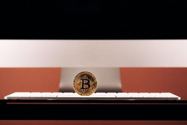 Die überweisung des dollars von der brieftasche auf bitcoin auf dem smartphone. blockchain.