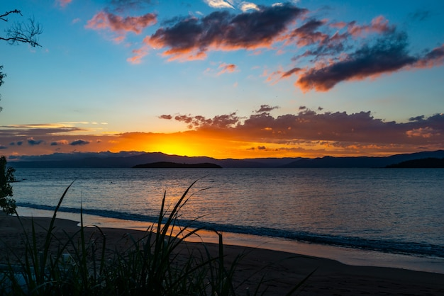 Die üppigen farben des sonnenuntergangs am strand von ponta do sambaqui