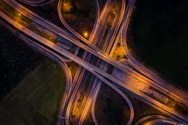 Die umgehungsstraße und die austauschautobahnbrücke, die die stadt in der nacht in thailand verbindet