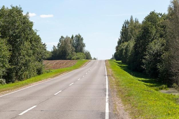 Die unbeliebte schmale asphaltierte straße im provinzgebiet