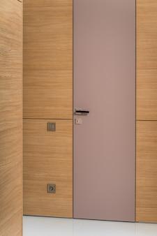 Die verglaste tür zu den innentüren hat ein schwarzes schloss an der vorderseite