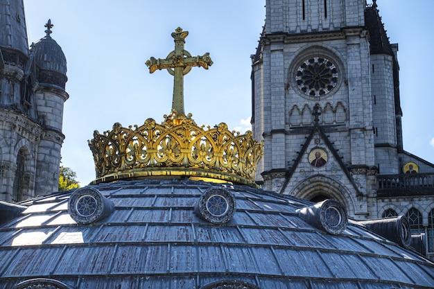 Die vergoldete krone und das kreuz in lourdes