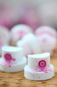 Die verschmutzten rosafarbenen düsen vom farbspritzgerät