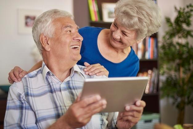 Die verwendung eines tablets ist für großeltern kein problem