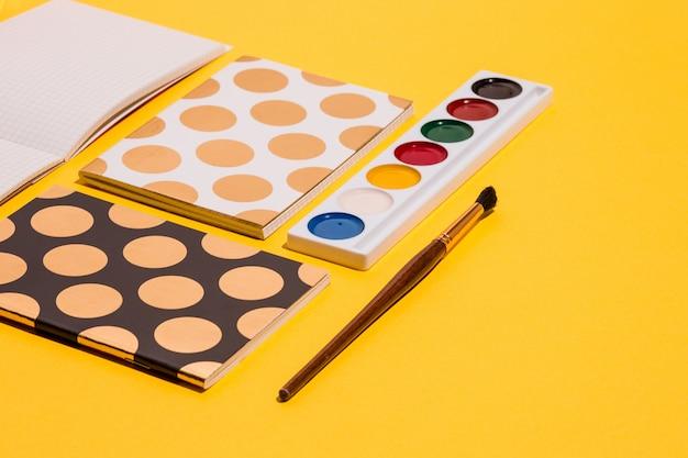 Die vielen notizbücher und aquarellfarben