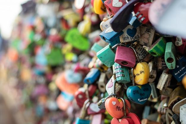 Die vielfalt der verschlossenen schlüssel im n seoul turm auf dem namsan berg, von denen die leute glauben, dass sie die ewige liebe haben werden, wenn sie den namen des paares darauf schreiben