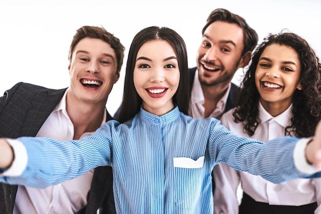 Die vier geschäftsleute machen selfie